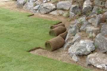 Pokladanie trávnych kobercov